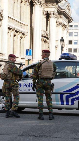 patrouille_pedestre_de_militaires_belges_dans_les_rues_de_bruxelles_lors_de_leuro_2016