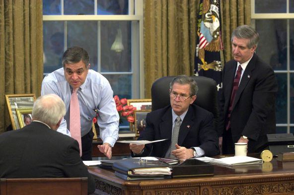 George_Tenet_gives_a_briefing_to_George_W._Bush