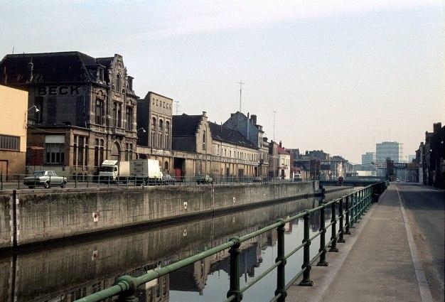 1200px-1980-07_Quai_de_Mariemont_et_quai_de_l'industrie,_Molenbeek-Saint-Jean_(11607449215)